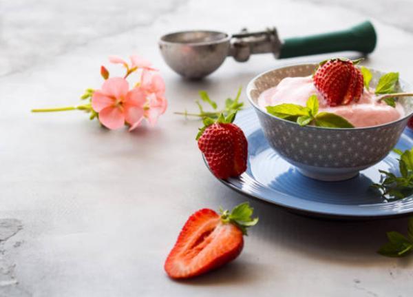 preparacion de un helado de fresa natural